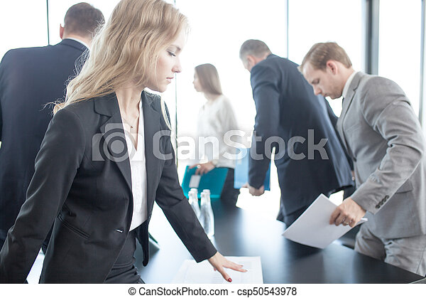 Gente de negocios reuniéndose - csp50543978