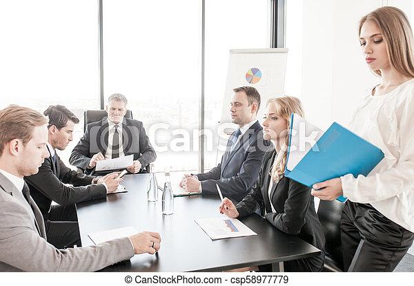 Gente de negocios reuniéndose - csp58977779