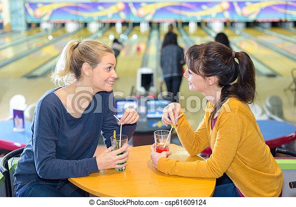 Las chicas se reúnen en un centro de bolos - csp61609124