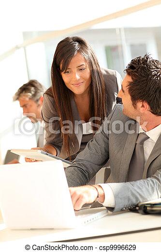 La gente de negocios se reúne en la oficina - csp9996629