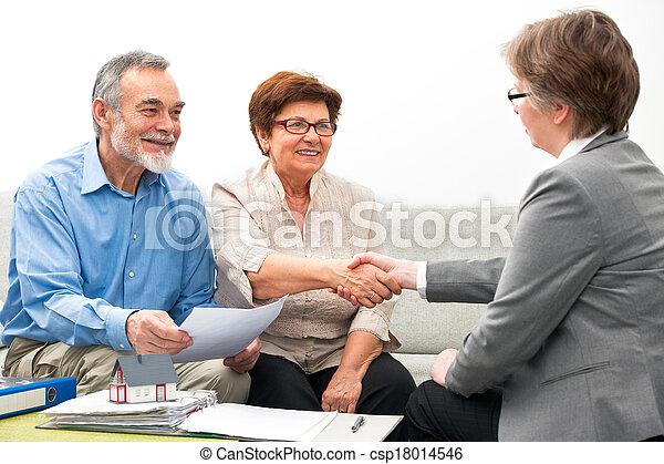 Reunión de pareja con asesor financiero - csp18014546