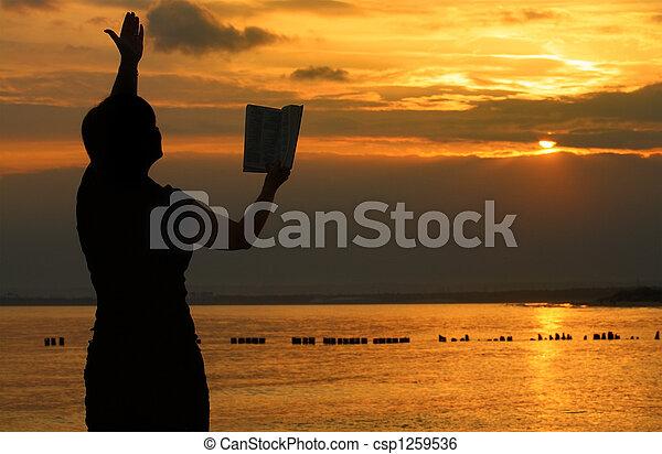rezando, hembra, biblia - csp1259536