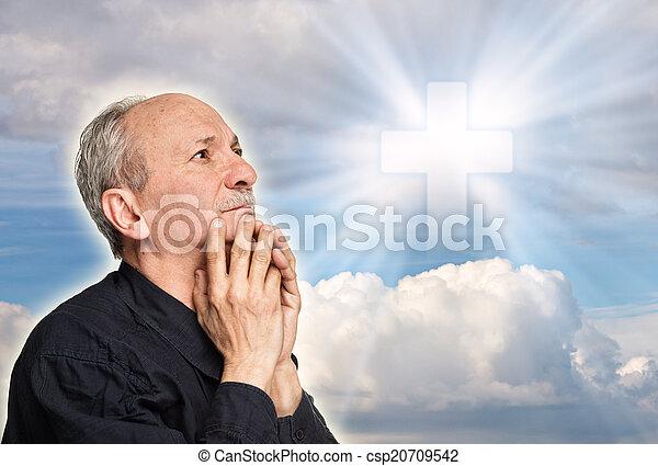 Un anciano rezando - csp20709542