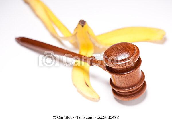 Gavel und Bananenschale auf benotetem Hintergrund - csp3085492