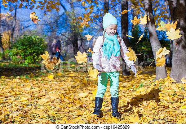 rigolote, peu, feuilles, parc, jets, automne, automne, girl, jour - csp16425829