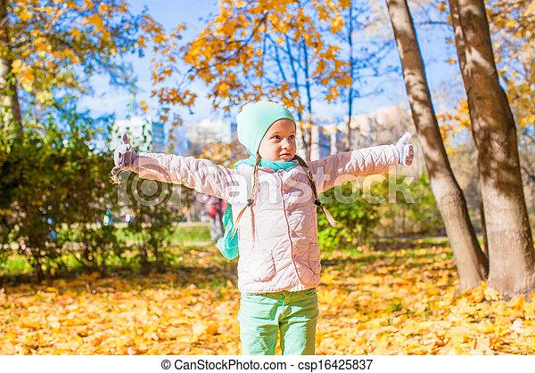 rigolote, peu, feuilles, parc, jets, automne, automne, girl, jour - csp16425837