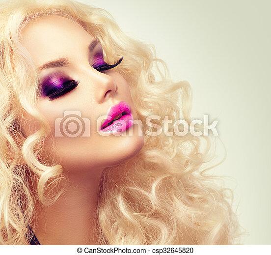 Una chica rubia con el pelo largo y largo - csp32645820