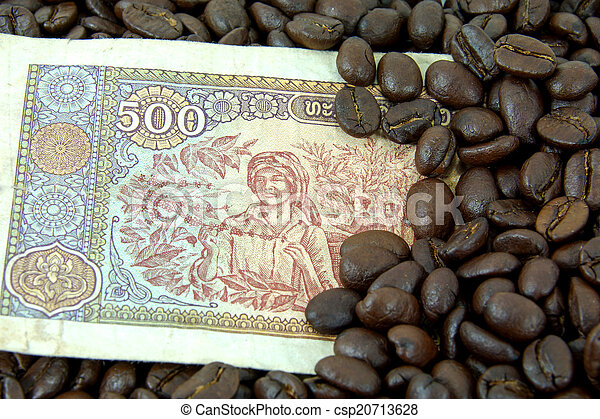 roasted coffee beans on money background. - csp20713628