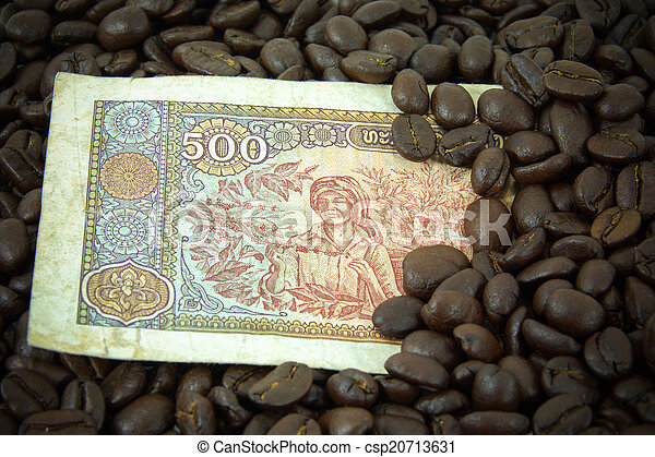 roasted coffee beans on money background. - csp20713631