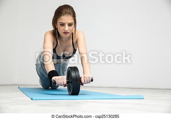 roda, mulher, abdominal, malhação, jovem, exercitar, condicão física - csp25130285