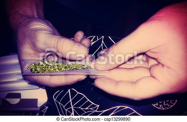 Rodando un lomo de marihuana - csp13299890