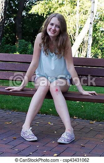 Una chica con un moretón en la rodilla - csp43431062