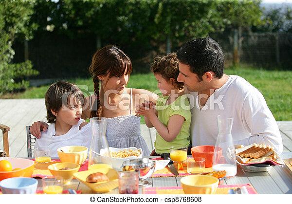 rodina, slunný den, mimo, snídaně a oběd, obout si - csp8768608
