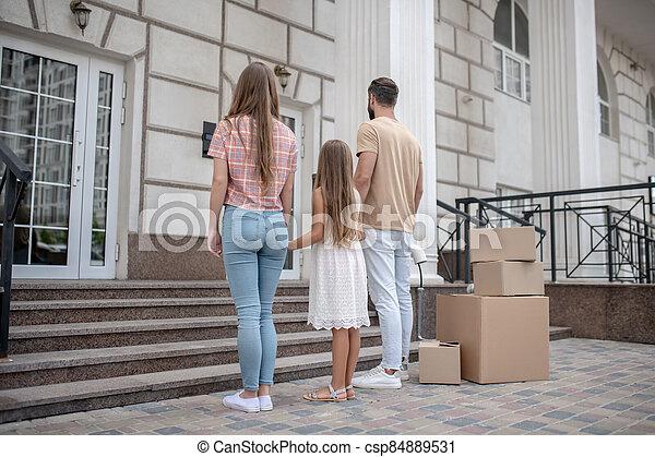 rodina, stálý, jejich, čerstvý, mládě, domů - csp84889531