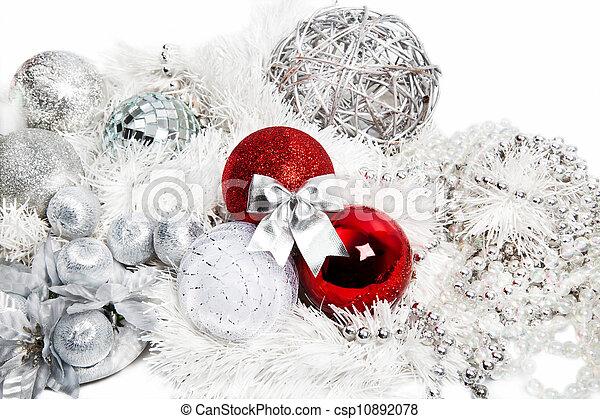 Decoraciones rojas y de plata en blanco - csp10892078
