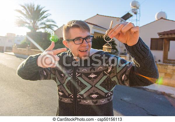 rolig, keychain, format, stämm, hus, ung, holdingen, främre del, färsk, home., man - csp50156113