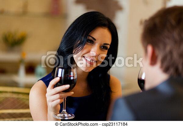 romántico, restaurante, pareja, bebida, joven, vidrio, fecha, feliz, vino rojo - csp23117184