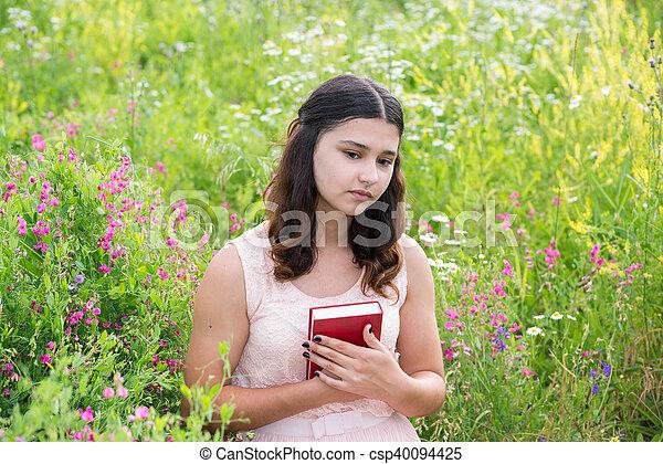gode tilbud 2017 spar op til 80% overlegen kvalitet Romantic girl reading a book on nature