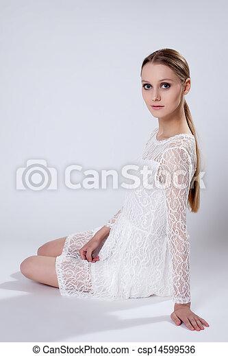 romanticos, jovem, elegante, posar, menina, vestido - csp14599536