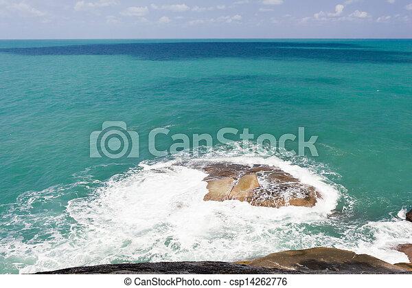 Olas rompiendo una roca - csp14262776