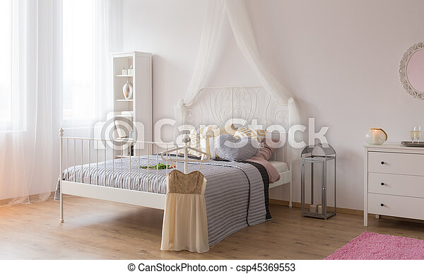 Room with canopy bed - csp45369553