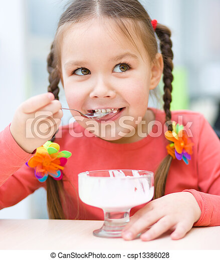 roomijs, weinig; niet zo(veel), eten, salon, meisje - csp13386028