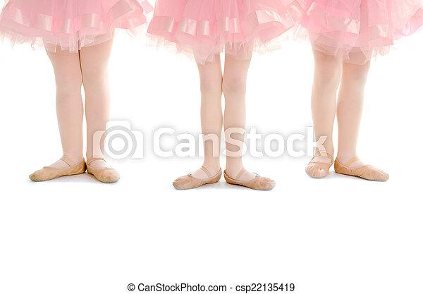 Pequeñas piernas de ballet en tutú rosa - csp22135419
