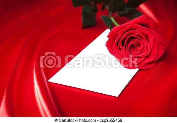 El sobre y la rosa roja sobre la seda - csp9552459