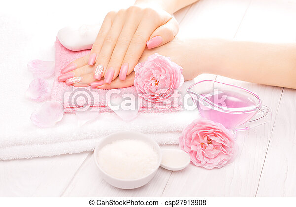 Manicura francesa con aceites esenciales, flores de rosas. Spa - csp27913908