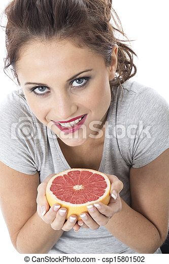 Modelo liberado. Joven atractiva sosteniendo pomelo rosa - csp15801502