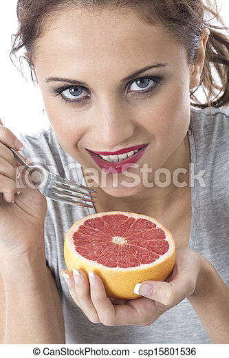 Modelo liberado. Joven atractiva sosteniendo pomelo rosa - csp15801536