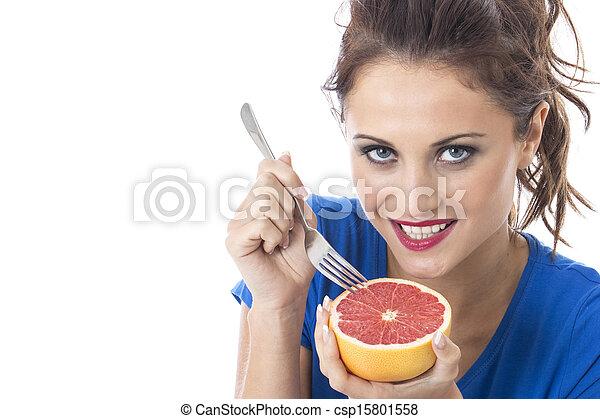 Modelo liberado. Joven atractiva sosteniendo pomelo rosa - csp15801558