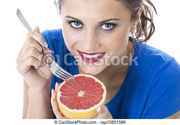 Modelo liberado. Joven atractiva sosteniendo pomelo rosa - csp15801599