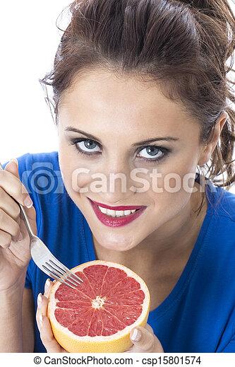 Modelo liberado. Joven atractiva sosteniendo pomelo rosa - csp15801574