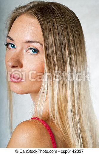 Chica de rosa en gris - csp6142837