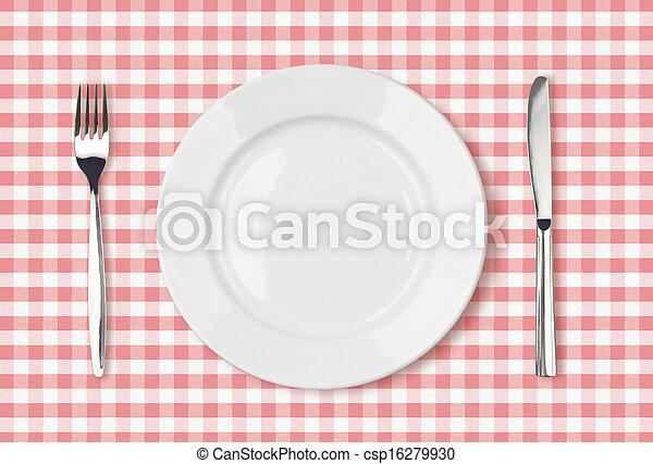Un plato de comida vacio de primera vista en un mantel rosado - csp16279930