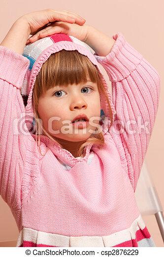 Pequeña niña de rosa - csp2876229