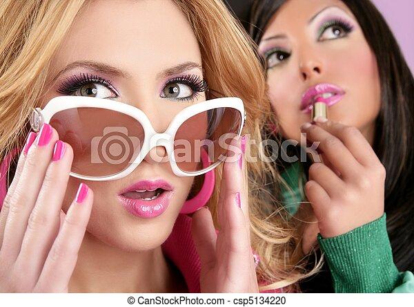 Mode-Barbie-Puppe-Mädchen, rosa Lippen-Make-up - csp5134220