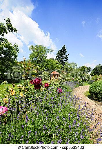 Jardinero con rosas - csp5533433