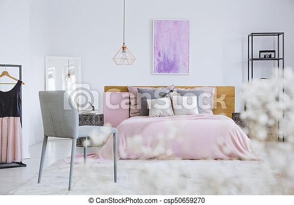 Rose, fleurs blanches, chambre à coucher. Gris, rose, premier plan ...