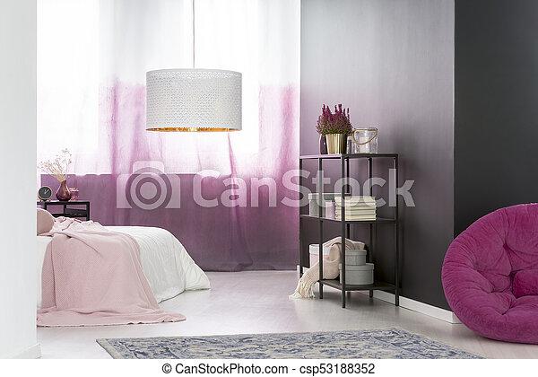 Rose, noir, chambre à coucher. Rideaux roses, plante, mur or ...