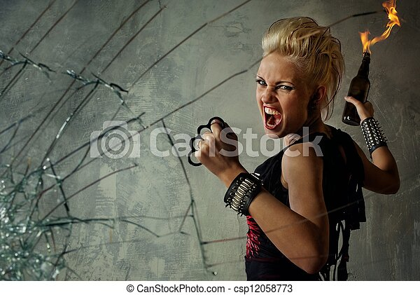 Chica punk detrás de vidrio roto - csp12058773