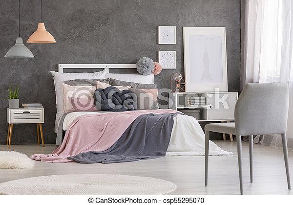 Roze Slaapkamer Stoel : Roze stoel grijze slaapkamer roze deken grijze bed