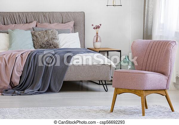 Roze, stoel, slaapkamer. Roze, staand, close-up, foto, hotel, helder ...