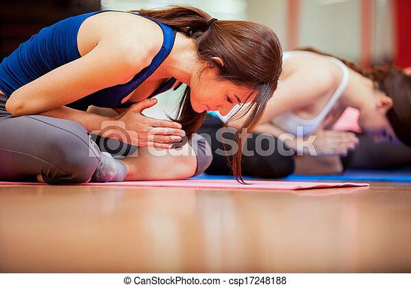 rozmyślanie, yoga klasa - csp17248188