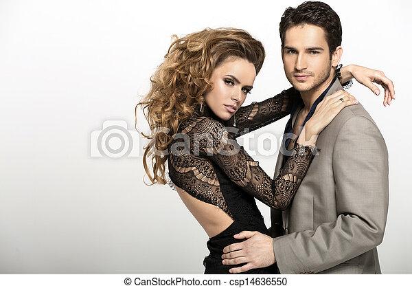 Un buen hombre con traje y su novia rubia - csp14636550