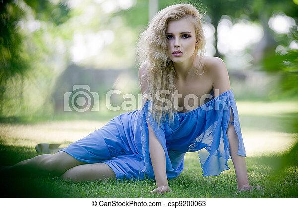 Dama rubia de jardín - csp9200063