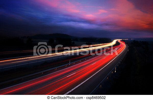 ruch, wozy, blur., noc - csp8469502