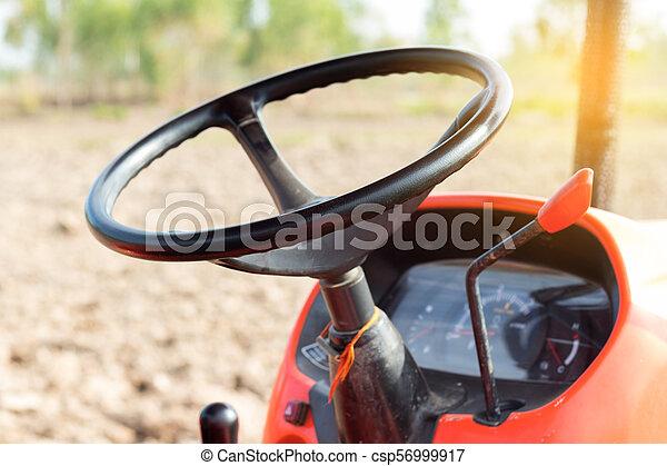Un tractor agrícola de volantes. - csp56999917
