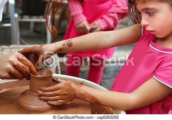 Manos de alfarero de clay en el taller - csp6263292